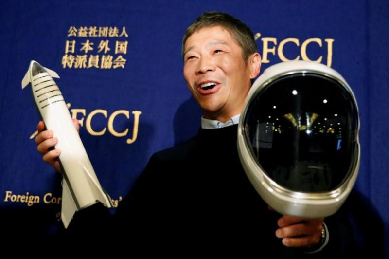 Moonstruck: Japanese billionaire's girlfriend entrants top 20,000